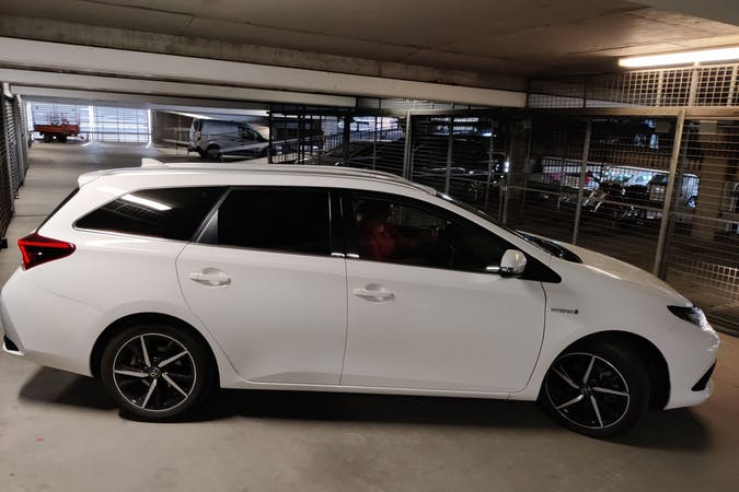 Billig biluthyrning av Toyota Auris Hybrid i närheten av 414 59 Majorna.