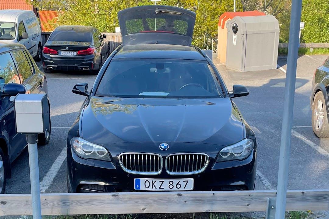Billig biluthyrning av BMW 5 Series med Bluetooth i närheten av  Skogås.