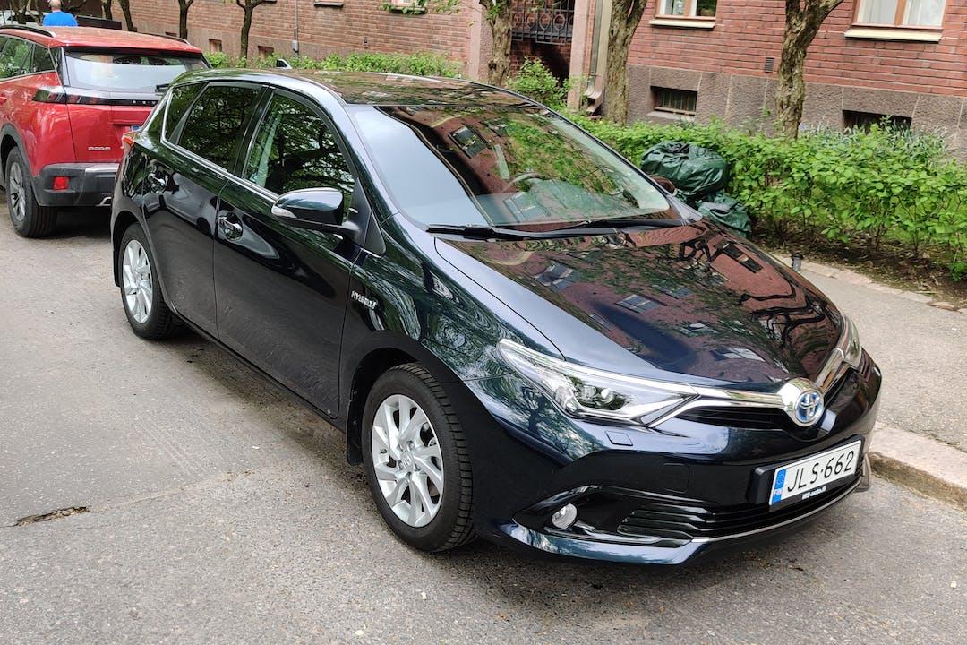 Toyota Auris Hybridn halpa vuokraus Isofix-kiinnikkeetn kanssa lähellä 00100 Helsinki.
