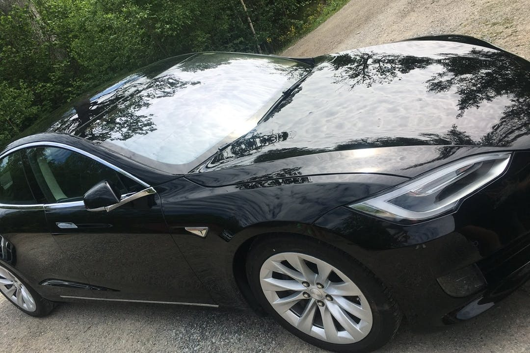 Billig biluthyrning av Tesla Model S med GPS i närheten av 129 42 Hägersten-Liljeholmen.
