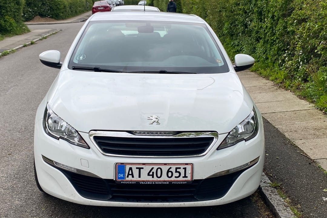 Billig billeje af Peugeot 308 med GPS nær 2500 København.