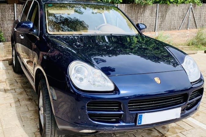 Alquiler barato de Porsche Cayenne con equipamiento Bluetooth cerca de 08034 Barcelona.
