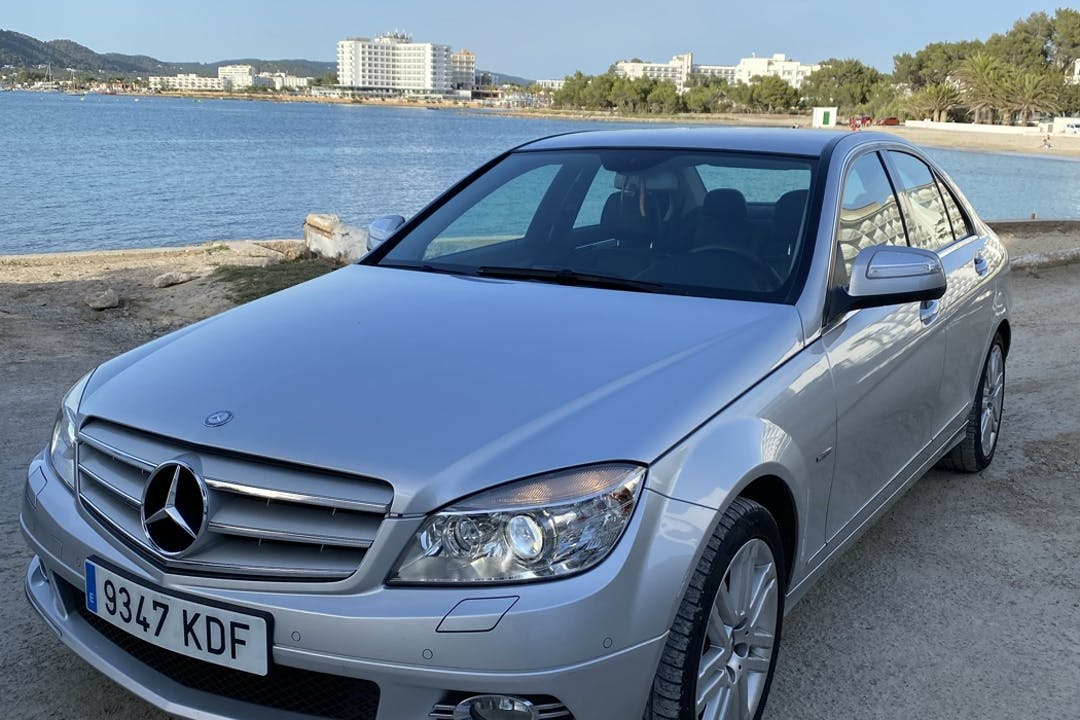 Alquiler barato de Mercedes C-Class con equipamiento GPS cerca de 07829 .