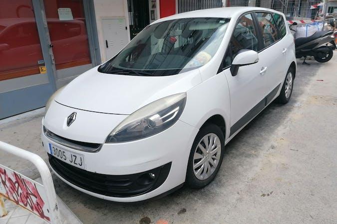 Alquiler barato de Renault Grand Scenic con equipamiento GPS cerca de 28017 Madrid.