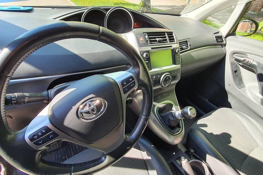 Toyota Verson halpa vuokraus GPSn kanssa lähellä 01370 Vantaa.