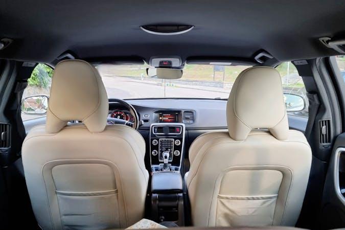 Billig biluthyrning av Volvo V60 Cross Country med GPS i närheten av 127 38 Skärholmen.