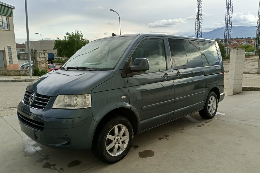 Alquiler barato de Volkswagen Multivan con equipamiento GPS cerca de 28008 Madrid.
