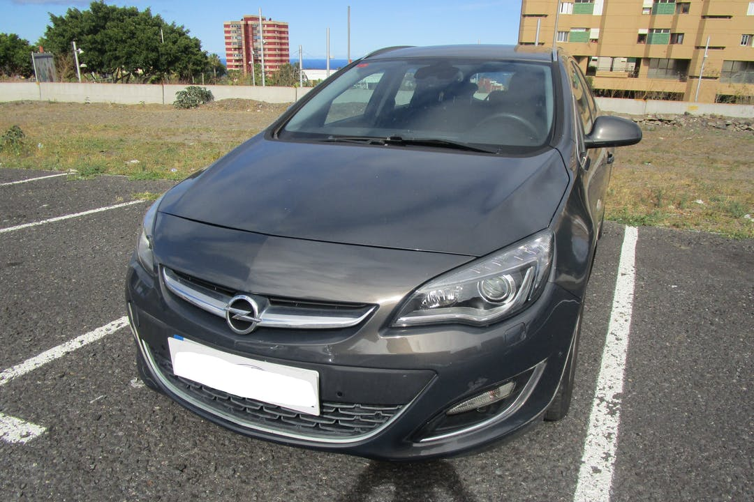Alquiler barato de Opel Astra con equipamiento GPS cerca de 38107 Santa Cruz de Tenerife.