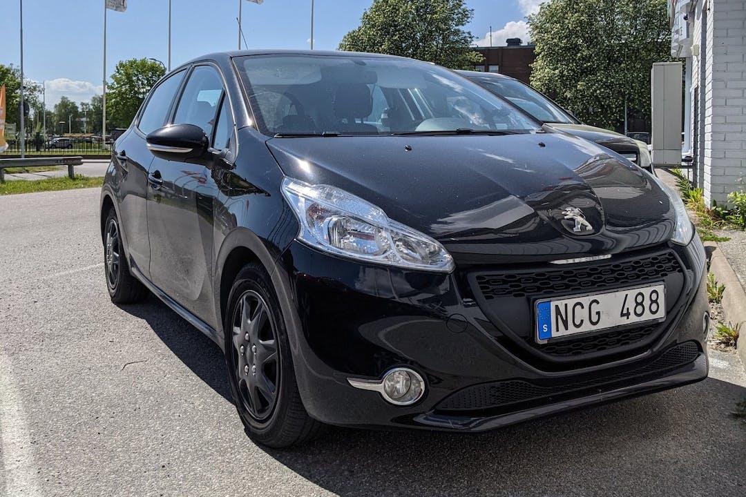 Billig biluthyrning av Peugeot 208 med Bluetooth i närheten av  Farsta distrikt.