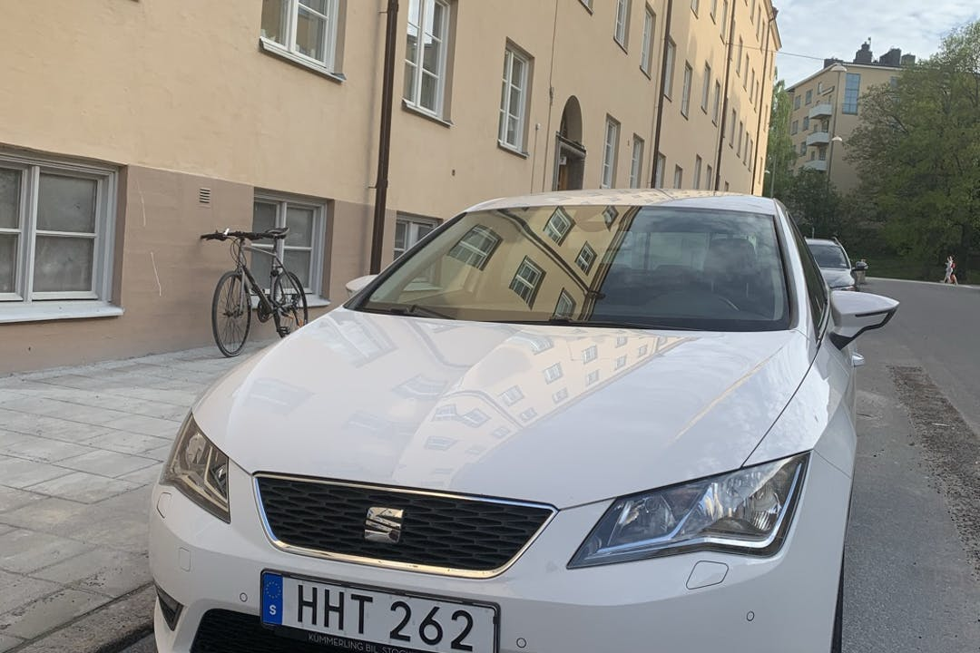 Billig biluthyrning av Seat León med Isofix i närheten av 112 60 Kungsholmen.