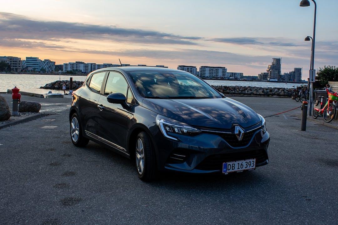 Billig billeje af Renault Clio med GPS nær 2100 København.