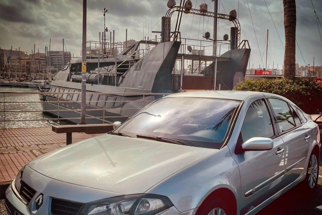 Alquiler barato de Renault Laguna con equipamiento GPS cerca de 35400 Arucas.