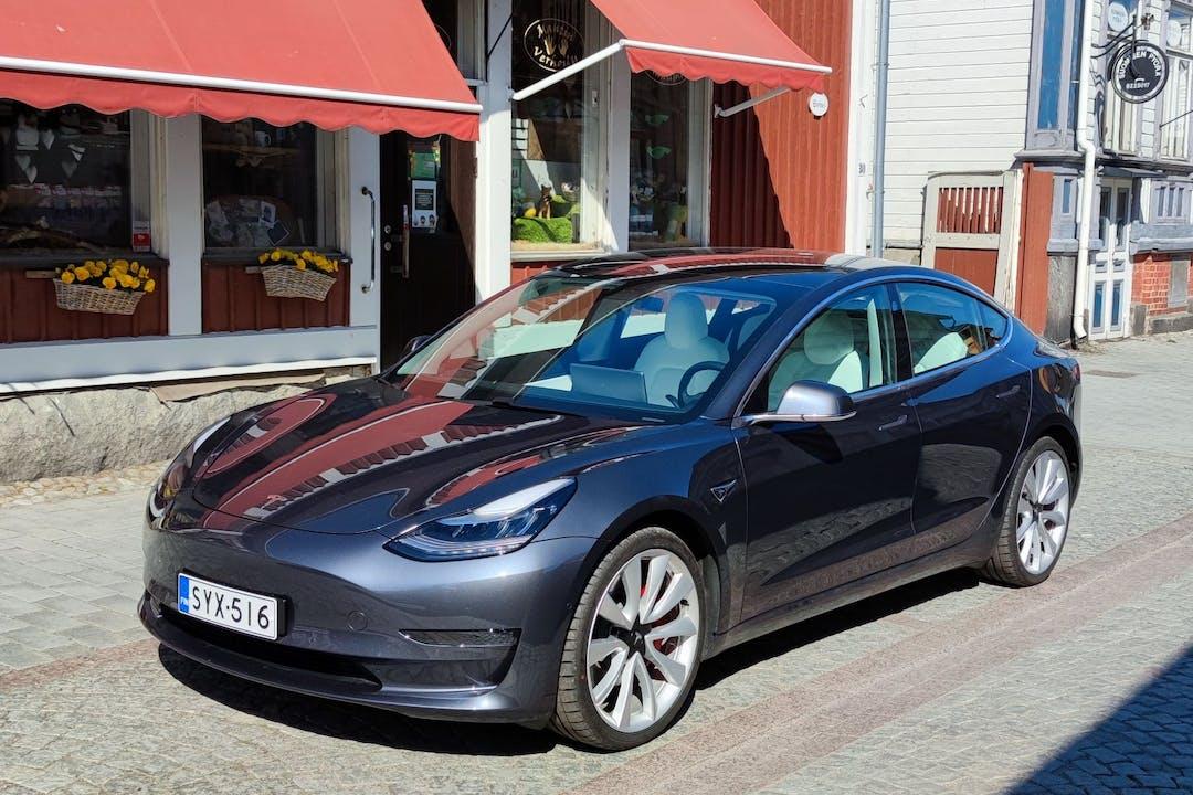 Tesla Model 3n halpa vuokraus GPSn kanssa lähellä 28500 Pori.