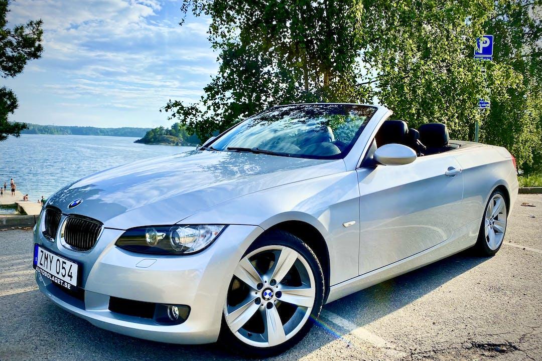 Billig biluthyrning av BMW 320d Cabriolet med GPS i närheten av 111 30 Södermalm.