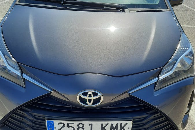 Alquiler barato de Toyota Yaris con equipamiento Bluetooth cerca de 07712 Cala en Porter.