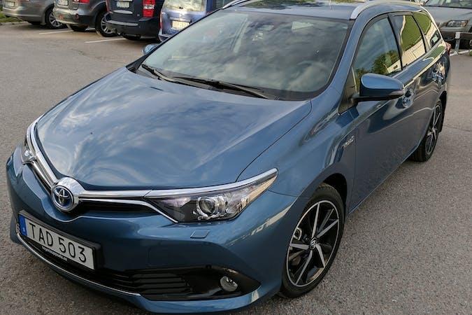 Billig biluthyrning av Toyota Auris Hybrid i närheten av 741 31 .