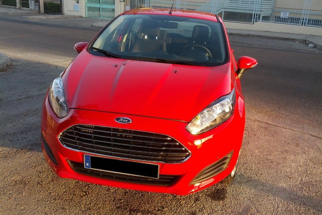 Alquiler barato de Ford Fiesta con equipamiento Bluetooth cerca de  Madrid.