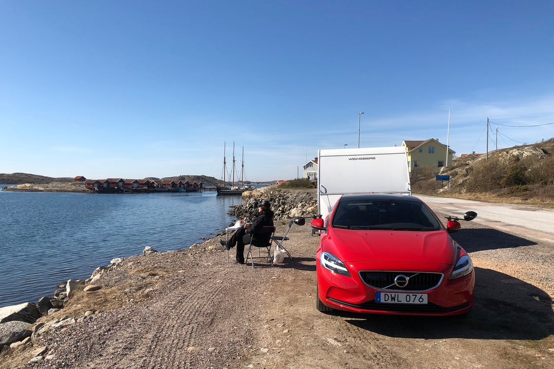 Billig biluthyrning av Volvo V40 med GPS i närheten av  Biskopsgården.