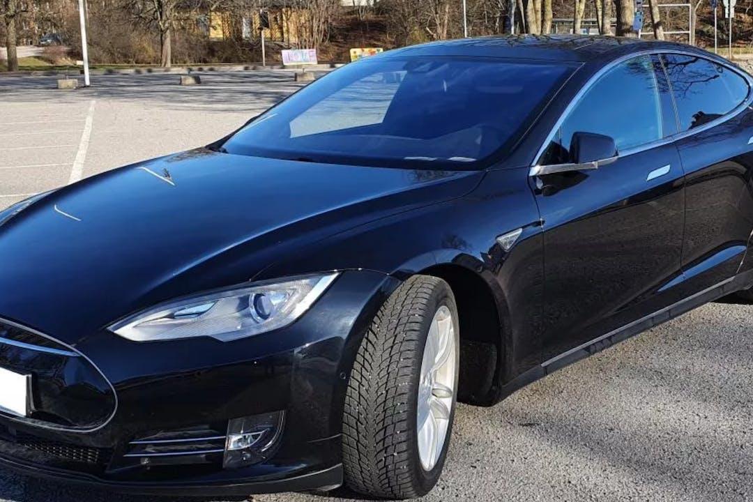 Billig biluthyrning av Tesla Model S i närheten av  Enskede-Årsta-Vantör.