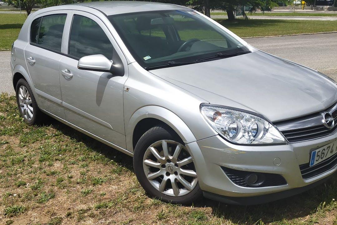 Alquiler barato de Opel Astra cerca de 31008 Pamplona.