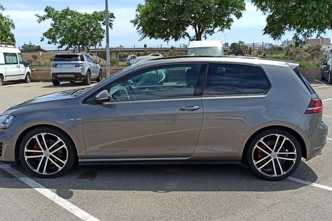 Alquiler barato de Volkswagen Golf con equipamiento GPS cerca de 07610 Palma.