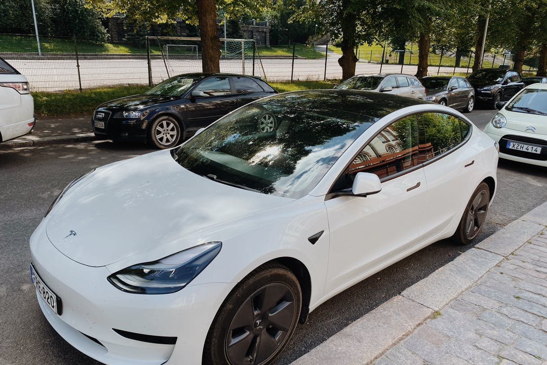 Tesla Model 3n halpa vuokraus GPSn kanssa lähellä  Helsingfors.