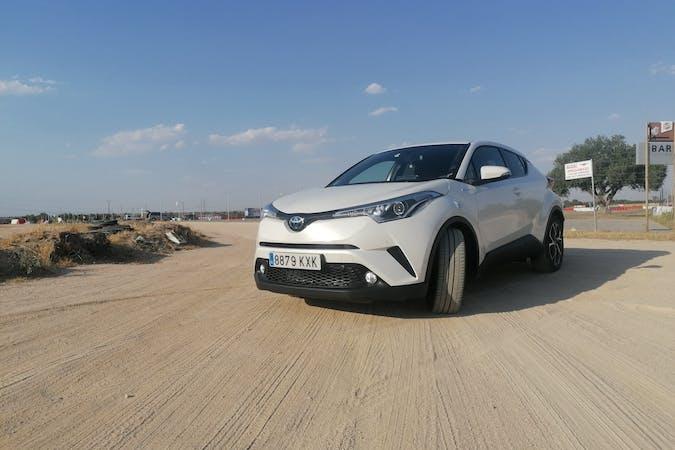 Alquiler barato de Toyota C-HR con equipamiento GPS cerca de  Barcelona.