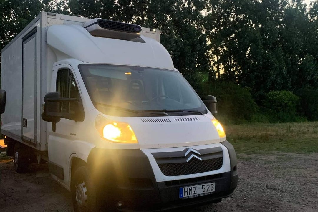 Billig biluthyrning av Citroën Jumper i närheten av  Fosie.
