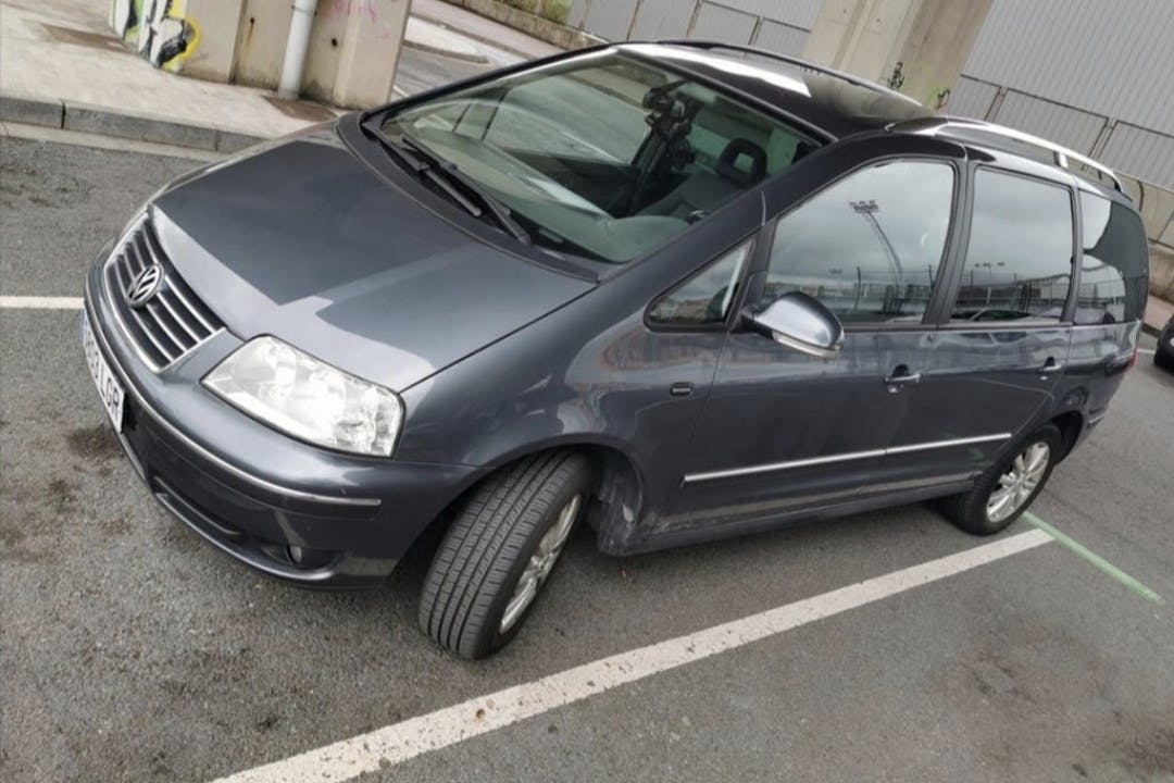 Alquiler barato de Volkswagen Sharan con equipamiento GPS cerca de 17007 Girona.