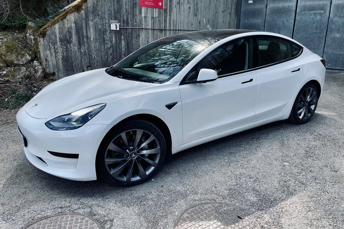 Tesla Model 3n halpa vuokraus GPSn kanssa lähellä 00510 Helsinki.