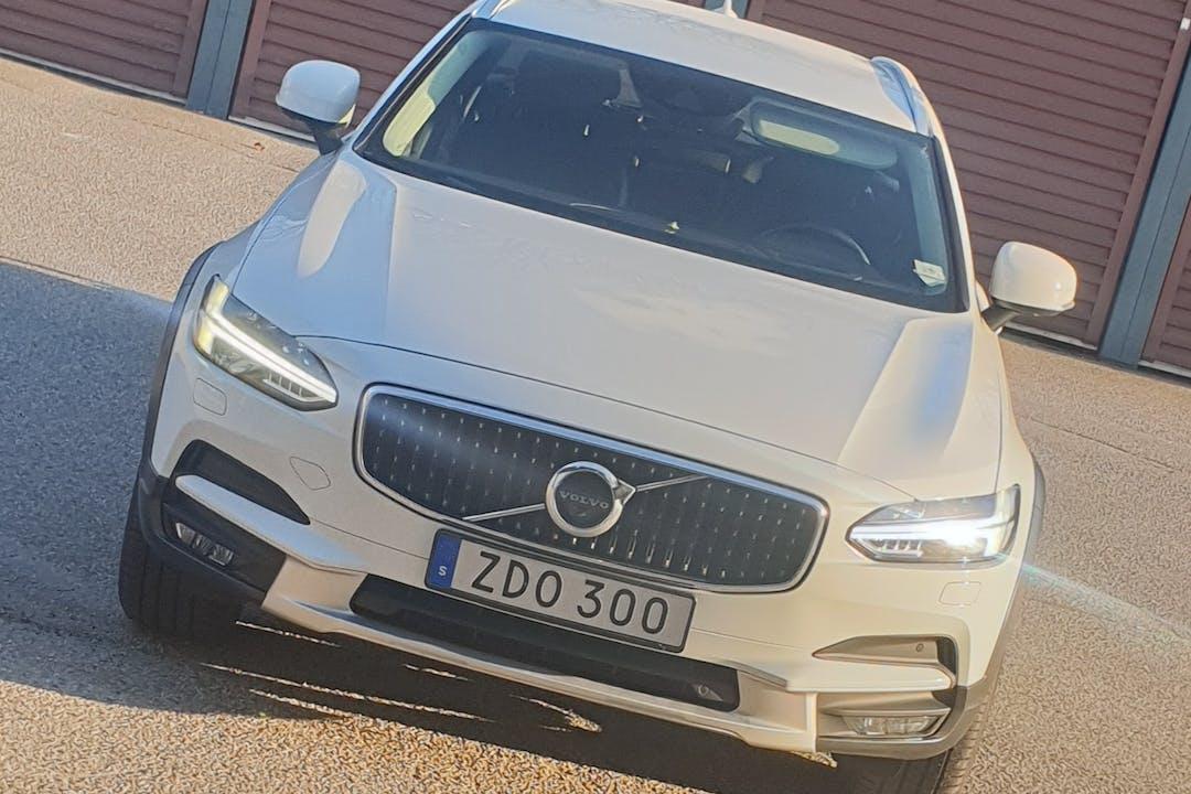 Billig biluthyrning av Volvo V90 Cross Country med GPS i närheten av 447 33 .