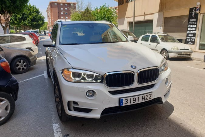 Alquiler barato de BMW X5 con equipamiento GPS cerca de 07800 Eivissa.