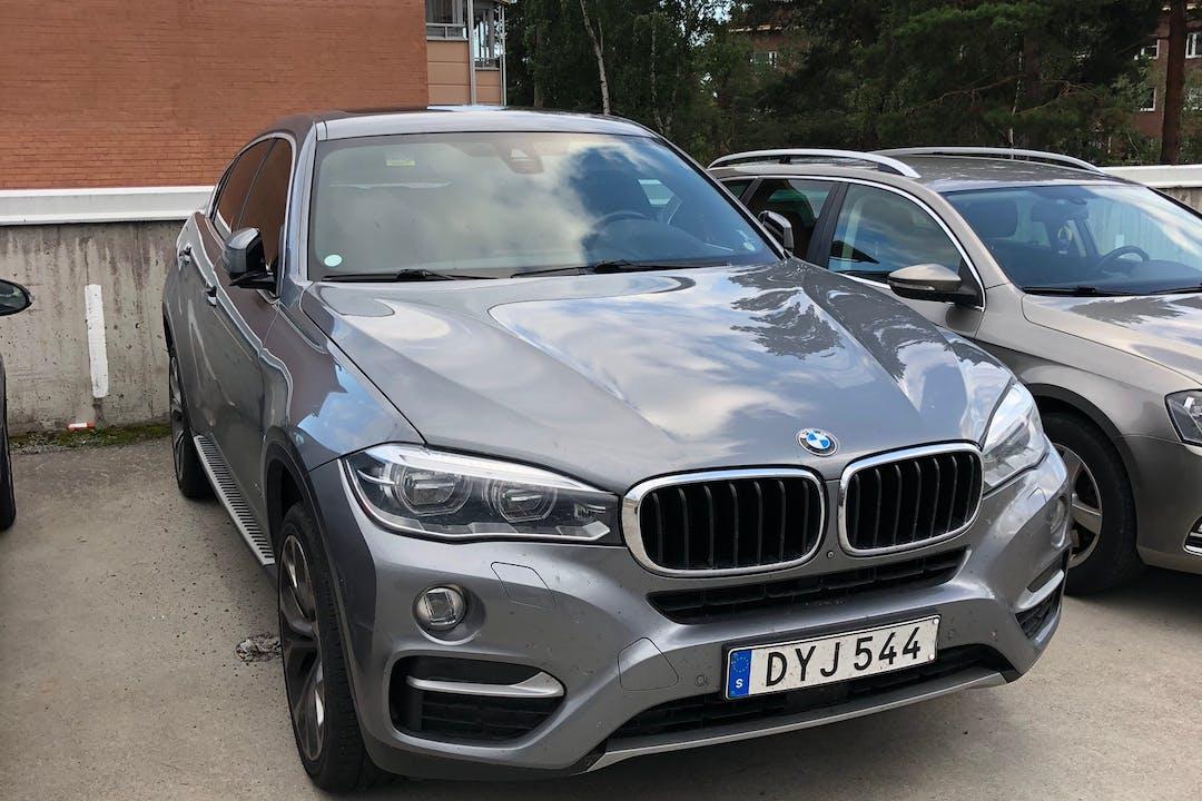 Billig biluthyrning av BMW X6 med GPS i närheten av  Täby Kyrkby.
