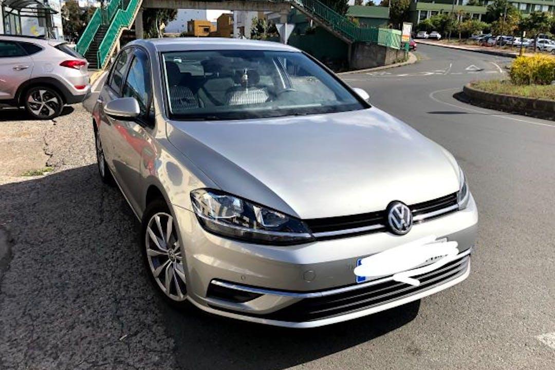 Alquiler barato de Volkswagen Golf con equipamiento GPS cerca de 35460 Gáldar.