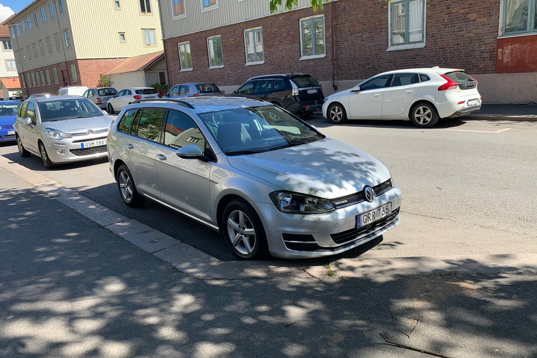 Billig biluthyrning av Volkswagen Golf Variant med Isofix i närheten av 414 58 Stigberget.