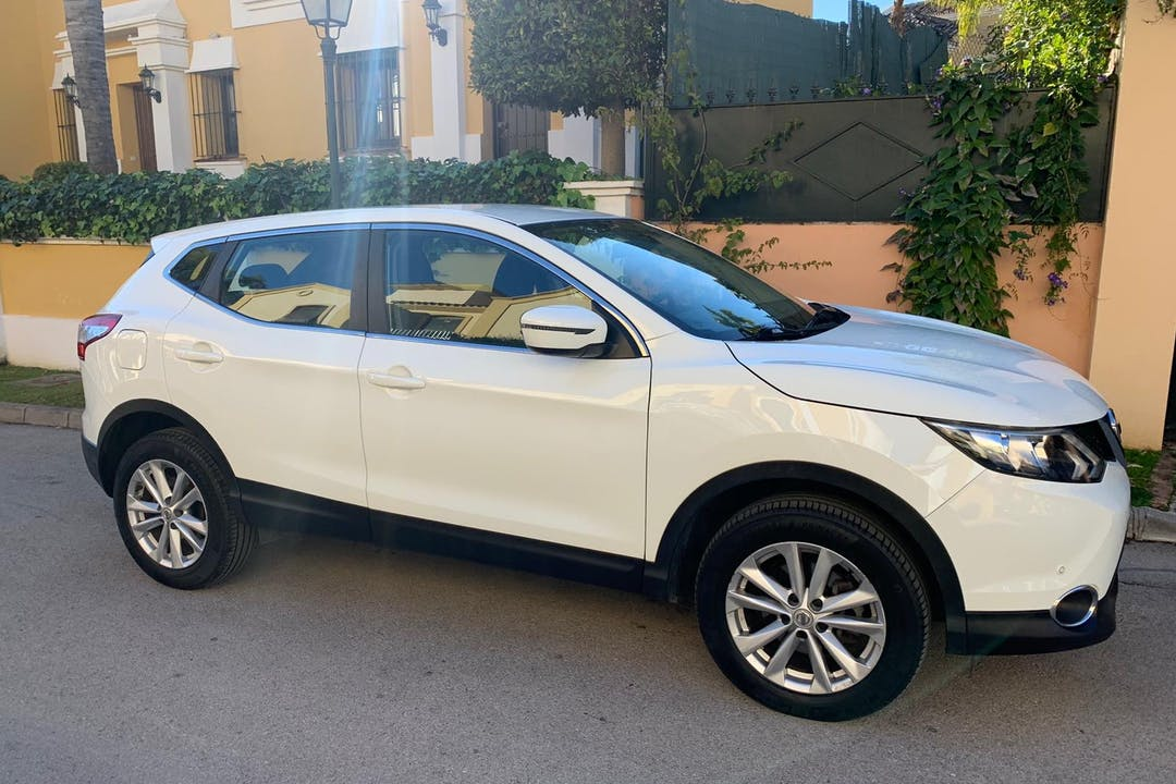 Alquiler barato de Nissan Qashqai con equipamiento GPS cerca de 29670 Marbella.
