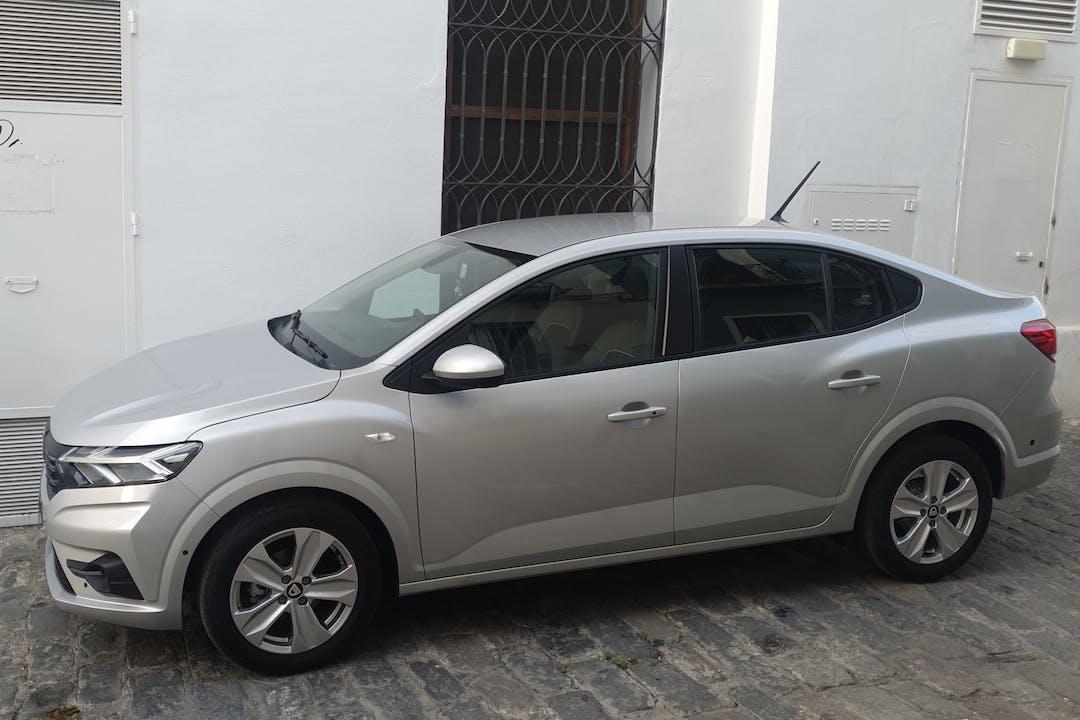Alquiler barato de Dacia Logan con equipamiento GPS cerca de  Sevilla.