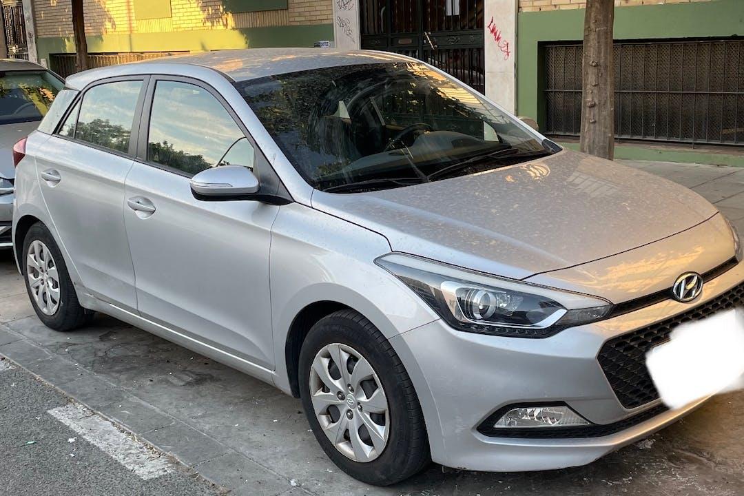 Alquiler barato de Hyundai i20 con equipamiento Fijaciones Isofix cerca de 41002 Sevilla.