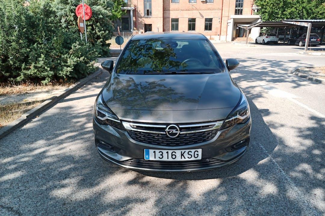 Alquiler barato de Opel Astra con equipamiento Bluetooth cerca de  Madrid.
