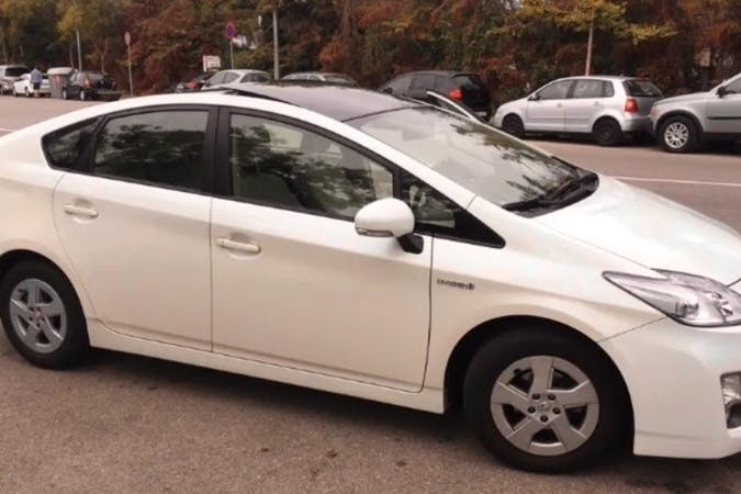 Alquiler barato de Toyota Prius con equipamiento Fijaciones Isofix cerca de 08004 Barcelona.