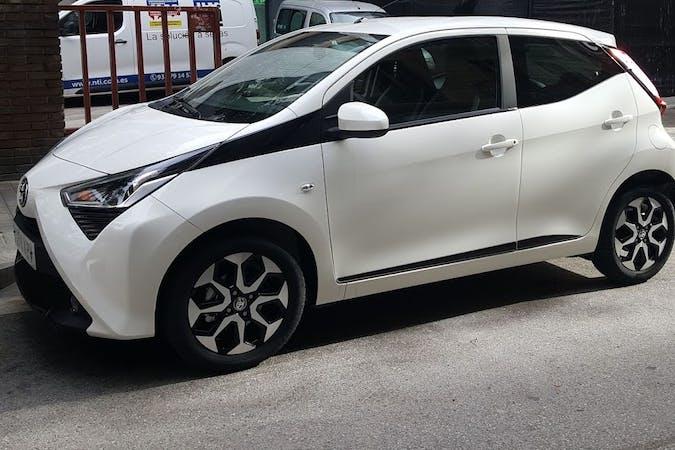 Alquiler barato de Toyota AYGO con equipamiento Fijaciones Isofix cerca de 08006 Barcelona.
