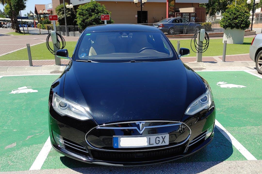 Alquiler barato de Tesla Model S con equipamiento GPS cerca de 41007 Sevilla.