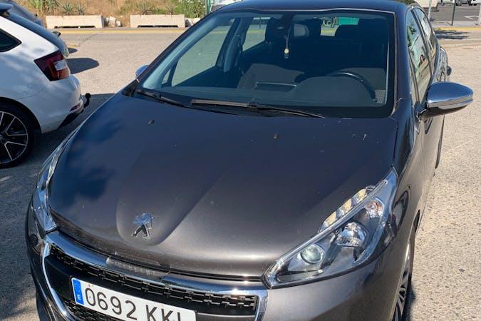 Alquiler barato de Peugeot 208 con equipamiento GPS cerca de 41001 Sevilla.