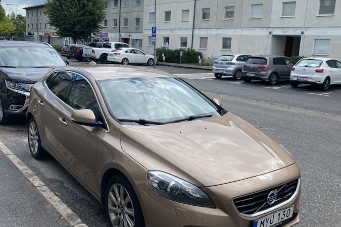 Billig biluthyrning av Volvo V40 med Bluetooth i närheten av 125 74 Enskede-Årsta-Vantör.
