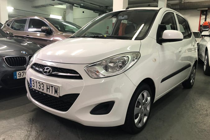 Alquiler barato de Hyundai i10 con equipamiento Bluetooth cerca de 35660 Corralejo.