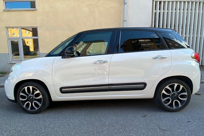 Billig biluthyrning av Fiat 500L med Bluetooth i närheten av 602 47 Nordantill.