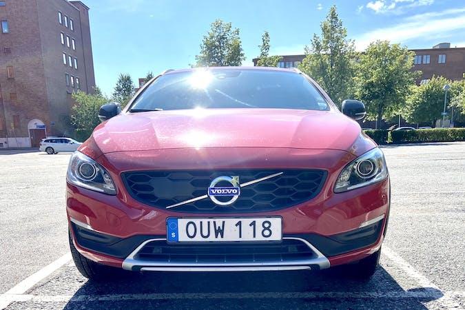 Billig biluthyrning av Volvo V60 Cross Country med Isofix i närheten av  Tuve.