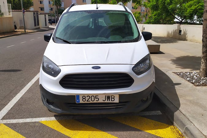 Alquiler barato de Ford Tourneo con equipamiento Bluetooth cerca de 07800 Eivissa.