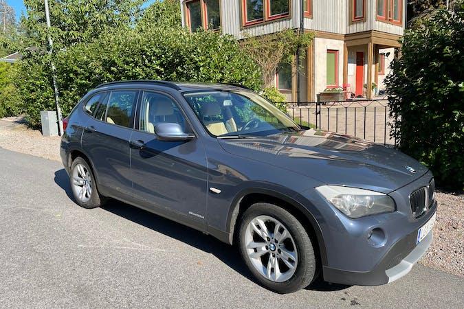 Billig biluthyrning av BMW X1 med Isofix i närheten av  Tullinge.