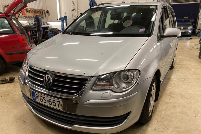 Volkswagen Tourann halpa vuokraus Isofix-kiinnikkeetn kanssa lähellä 00950 Helsinki.